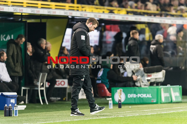 05.02.2019, Signal Iduna Park, Dortmund, GER, DFB-Pokal, Achtelfinale, Borussia Dortmund vs Werder Bremen<br /> <br /> DFB REGULATIONS PROHIBIT ANY USE OF PHOTOGRAPHS AS IMAGE SEQUENCES AND/OR QUASI-VIDEO.<br /> <br /> im Bild / picture shows<br /> Florian Kohfeldt (Trainer SV Werder Bremen) entsorgt während des Spiels einen gebrauchten Kaugummi / lässt Kaugummi aus der Hand fallen in Coachingzone / an Seitenlinie, <br /> <br /> Foto © nordphoto / Ewert