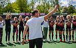 AMSTELVEEN  -  coach Rick Mathijssen (A'dam) wordt geerd na zijn laatste competitiewedstrijd .   Hoofdklasse hockey dames ,competitie, dames, Amsterdam-Groningen (9-0) .    COPYRIGHT KOEN SUYK