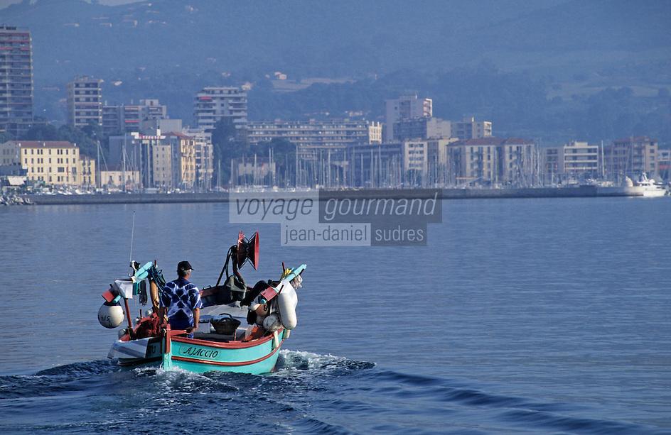 France/Corse/Corse-du-Sud/2A/Ajaccio: Le port et pointu rentrant de la pêche