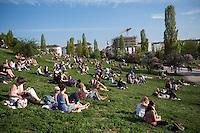 Berlin, Besucher sitzen am Sonntag (05.05.13) in Mauerpark in Berlin. Foto: Maja Hitij/CommonLens