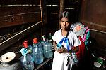 Sri Lanka Colombo, children living in Slum / Kinder leben in einem Slum, Maedchen mit Trinkwasser in Plastikflaschen