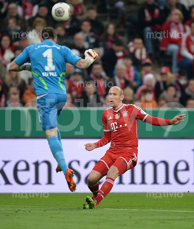 Fussball DFB Pokal Halbfinale 2013/2014    FC Bayern Muenchen - 1. FC Kaiserslautern      16.04.2014 Torwart Tobias Sippel (li, 1. FC Kaiserslautern) rettet vor Arjen Robben (re, FC Bayern Muenchen)