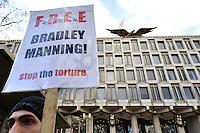 ARA11 LONDRES (REINO UNIDO) 17/12/2011.- Personas se manifiestan frente a la embajada estadounidense en Londres, Inglaterra, para pedir la liberación del soldado Bradley Manning, quien está acusado de filtrar miles de documentos secretos a WikiLeaks, hoy, sábado, 17 de diciembre de 2011. EFE/Andy Rain.