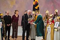 Bundespraesident Frank-Walter Steinmeier empfaengt gemeinsam mit seiner Frau Elke Buedenbender am Sonntag den 6. Januar 2019 in seinem Amtssitz, dem Schloss Bellevue, Sternsinger aus dem Bistum Trier zum 61. Dreikoenigssingen.<br /> Mit dem 61. Dreikoenigssingen steht unter dem Leitwort &quot;Segen bringen, Segen sein. Wie gehoeren zusammen - in Peru und weltweit&quot;. Inhaltlich geht es bei der Aktion um &quot;Kinder mit Behinderung&quot;.<br /> Im Bild: Die Sternsinger uebergeben dem Bundespraesident eine Weinrebe aus ihrem Heimatbistum Trier.<br /> Vlnr.: Pfarrer Dirk Bingener, Elke Buedenbender.<br /> 6.1.2019, Berlin<br /> Copyright: Christian-Ditsch.de<br /> [Inhaltsveraendernde Manipulation des Fotos nur nach ausdruecklicher Genehmigung des Fotografen. Vereinbarungen ueber Abtretung von Persoenlichkeitsrechten/Model Release der abgebildeten Person/Personen liegen nicht vor. NO MODEL RELEASE! Nur fuer Redaktionelle Zwecke. Don't publish without copyright Christian-Ditsch.de, Veroeffentlichung nur mit Fotografennennung, sowie gegen Honorar, MwSt. und Beleg. Konto: I N G - D i B a, IBAN DE58500105175400192269, BIC INGDDEFFXXX, Kontakt: post@christian-ditsch.de<br /> Bei der Bearbeitung der Dateiinformationen darf die Urheberkennzeichnung in den EXIF- und  IPTC-Daten nicht entfernt werden, diese sind in digitalen Medien nach &sect;95c UrhG rechtlich geschuetzt. Der Urhebervermerk wird gemaess &sect;13 UrhG verlangt.]