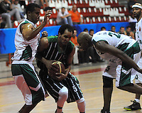 MEDELLIN - COLOMBIA - 29-04-2013: Cesar Chavez (Izq.) de Academia de la Montaña de Medellin, disputa el balón con Quentin Smith (Der.) Aguilas de Tunja, abril 29 de 2013. Academia de la Montaña y Aguilas de Tunja en partido de la septima fecha de la fase II de la Liga Directv Profesional de baloncesto en partido jugado en el Coliseo Universidad de Medellin (Foto: VizzorImage / Luis Rios / Str). Cesar Chavez (L) of Academia de la Montaña from Medellin, fights for the ball with Quentin Smith (R) of Aguilas from Tunja, April 29, 2013. Academia de la Montaña y Aguilas from Tunja in the seventh match of the phase II of the Directv Professional League basketball, game at the Coliseum Universidad de Medellin. (Photo: VizzorImage / Luis Rios / Str)..