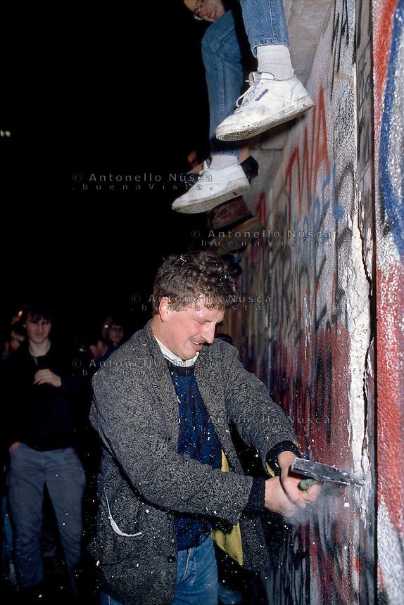 Berlino, 9 Novembre, 1989. Un giovane Tedesco durante le manifestazioni che hanno portato alla caduta del muro di Berlino..Ph. Antonello Nusca/Buenavista photo