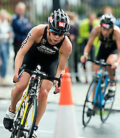10 AUG 2014 - LIVERPOOL, GBR - Race leader Sophie Coldwell takes a corner during the elite women's wave at the Tri Liverpool triathlon in Kings Dock, Liverpool, Great Britain (PHOTO COPYRIGHT © 2014 NIGEL FARROW, ALL RIGHTS RESERVED)