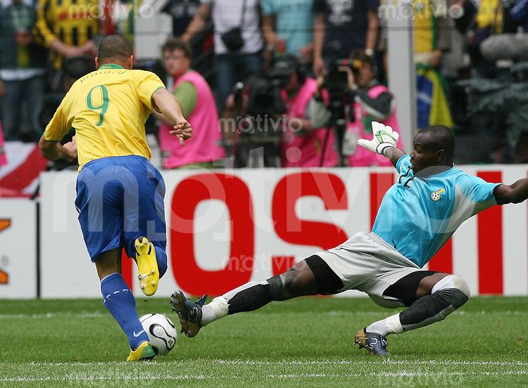 Fussball WM 2006  Achtelfinale   Brasilien - Ghana RONALDO (BRA, li) auf dem Weg zum 1:0 gegen Richard KINGSON (GHA)