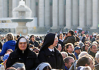 Suore attendono l'inizio della messa di Papa Francesco in occasione della conclusione del Giubileo della Misericordia, in Piazza San Pietro, Citta' del Vaticano, 20 novembre 2016.<br /> Nuns wait for the start of the Pope Francis' Mass on the occasion of the conclusion of the Jubilee of Mercy, in St. Peter's Square at the Vatican, 20 November 2016.<br /> UPDATE IMAGES PRESS/Riccardo De Luca<br /> <br /> STRICTLY ONLY FOR EDITORIAL USE