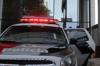 CAMPINAS, SP 15.08.2018-POLICIA-A Polícia Militar apreendeu cerca de 50 mil maços de cigarros que estavam dentro de um furgão, modelo Fiorino, abandonado em um estacionamento no centro da cidade de  Campinas (SP). A PM chegou ao local, nas esquinas da avenida Benjamin Constant com a rua José Paulino após uma denúncia. Os maços estavam em caixas fechadas. Segundo a PM, que encaminhou o material para a delegacia da Polícia Federal, dentro do veículo havia 50 caixas contendo cada uma 50 pacotes de cigarros (cada pacote tem capacidade para 20 maços). (Foto: Denny Cesare/Codigo19)