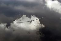 Start in dunkle Wolken: EUROPA, DEUTSCHLAND, HAMBURG, (GERMANY), 01.09.2004:Windenstart in Boberg, Windenstart, Segelflugzeug, Segelfliegen, Starten, in den Himmel, weite, Freiheit, dunkle Wolken, bedrohlich, Gefahr, Ueben, Uebung,  in die Luft, Aufwaerts, Aufwind-Luftbilder.. c o p y r i g h t : A U F W I N D - L U F T B I L D E R . de.G e r t r u d - B a e u m e r - S t i e g 1 0 2, 2 1 0 3 5 H a m b u r g , G e r m a n y P h o n e + 4 9 (0) 1 7 1 - 6 8 6 6 0 6 9 E m a i l H w e i 1 @ a o l . c o m w w w . a u f w i n d - l u f t b i l d e r . d e.K o n t o : P o s t b a n k H a m b u r g .B l z : 2 0 0 1 0 0 2 0  K o n t o : 5 8 3 6 5 7 2 0 9.V e r o e f f e n t l i c h u n g n u r m i t H o n o r a r n a c h M F M, N a m e n s n e n n u n g u n d B e l e g e x e m p l a r !.