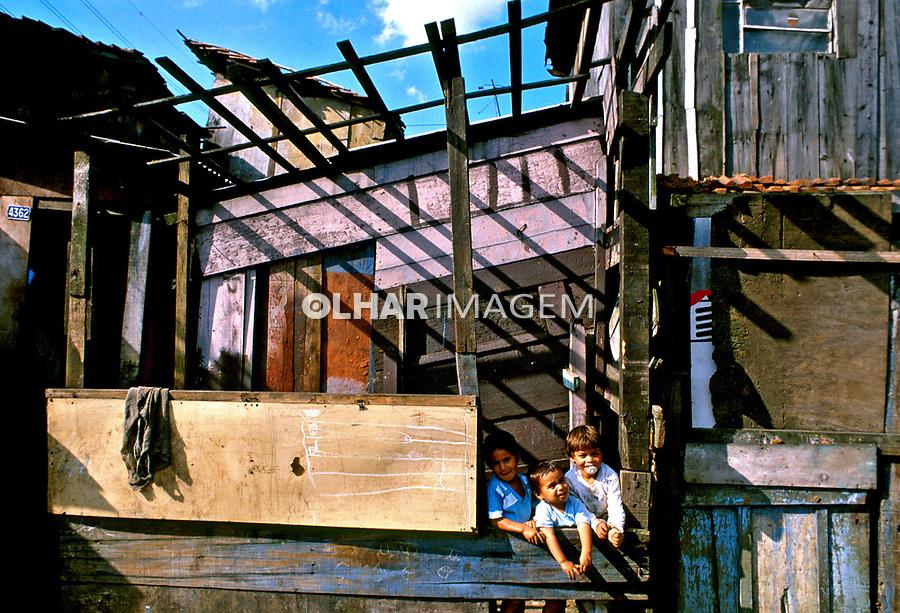 Crianças na favela de Vila Prudente em São Paulo. 1987. Foto Juca Martins.