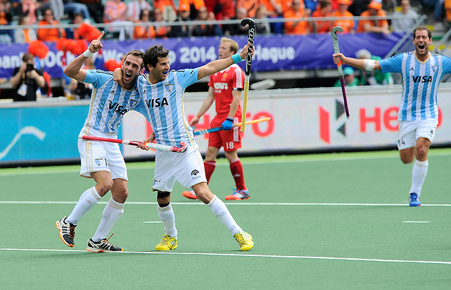 The Hague, Netherlands, June 15: Matias Paredes #10 of Argentina scores a field goal to give Argentina a 2-0 lead during the field hockey bronze match (Men) between Argentina and England on June 15, 2014 during the World Cup 2014 at Kyocera Stadium in The Hague, Netherlands. Final score 2-0 (0-0)  (Photo by Dirk Markgraf / www.265-images.com) *** Local caption *** Matias Paredes #10 of Argentina, Juan Martin Lopez #17 of Argentina, Barry Middleton #18 of England, Juan Ignacio Gilardi #4 of Argentina