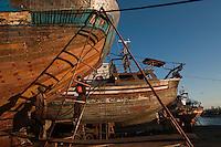 Afrique/Afrique du Nord/Maroc/Essaouira: Chantier naval du port ou les chalutiers construits avec du bois de teck et d'eucalyptus sont mis en cale sèche pour l'entretien et la peinture