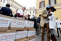 """Roma, 27 Ottobre 2017<br /> Piazza Montecitorio<br />  Conferenza stampa sulla consegna delle firme della campagna """"Ero Straniero"""" per una nuova legge sull'immigrazione"""