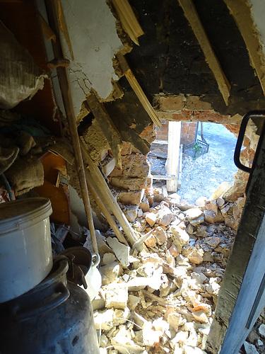 Februar 2017. Nach den schweren Kämpfen hat sich die Lage in der ostukrainischen Industriestadt Awdijiwka wieder etwas beruhigt. Die humanitäre Krise, vor der Präsident Petro Poroschenko gewarnt hat, konnte abgewendet werden. Doch noch immer werden jeden Tag Wohngebiete beschossen: Die Bewohner fürchten sich vor einer erneuten Eskalation. Wo einst der Flur im Haus von Viktoria Petrowna war, explodierte eine Mine.