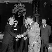 Le chelf liberal Jean Lesage et le premier Ministre de l'Ontario, John Roberts<br /> le 4 juin 1969, a  l'Assemblee Nationale<br /> <br /> Photo : Photo Moderne -  © Agence Quebec Presse