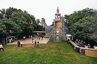 Le charmant site de la chapelle du Loc est typique des lieux que les Bretons affectionnent pour organiser des festou-noz en plein air