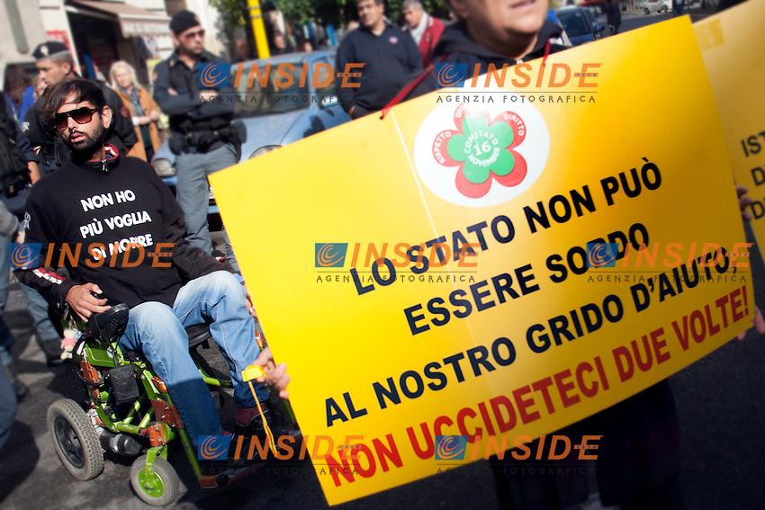 Un cartello: lo stato non puoi essere sordo al nostro grido d'aiuto<br /> Roma 04-11-2014 Ministero dell'Economia e Finanze. Manifestazione dei malati di SLA, sclerosi laterale amiotrofica a seguito della riduzione dei finanziamenti pubblici<br /> Protest of SLA, Amyotrophic lateral sclerosis sufferers<br /> Photo Samantha Zucchi Insidefoto