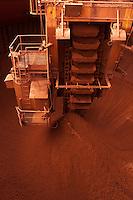 Alunorte, a maior refinaria de alumina do mundo Em 1978, um acordo entre os governos do Brasil e do Japão — que contou com a participação da Vale (na época, chamada de Companhia Vale do Rio Doce) — criou a empresa Alunorte - Alumina do Norte do Brasil S.A, idealizada para integrar a cadeia produtiva do alumínio no Pará, estado rico em bauxita, matéria-prima da alumina.Construída estrategicamente em Barcarena, município situado a 40 quilômetros, em linha reta, de Belém (PA), a Alunorte iniciou suas operações em julho de 1995, após um período de paralisação das obras em função de uma crise no mercado, que retardou a implantação do projeto.Em 2000, iniciou-se o primeiro projeto de expansão da refinaria, que foi concluído em 2003. Com a ampliação, a capacidade produtiva passou de 1,6 para 2,5 milhões de toneladas de alumina por ano. Com esse salto na produção, a empresa ganhou destaque no cenário internacional e passou a figurar como a maior refinaria da América Latina e a quarta do mundo. Nesse mesmo ano, iniciou-se a segunda expansão.A conclusão da segunda expansão terminou no primeiro semestre de 2006, consolidando a Alunorte como a maior refinaria de alumina do planeta. A empresa chegava então a uma capacidade de produção de 4,4 milhões de toneladas de alumina por ano, gerando emprego para cerca de 2,5 mil pessoas (funcionários próprios e contratados).Em agosto de 2008, a Alunorte concluiu as obras da Expansão 3, um investimento de R$ 2,2 bilhões que capacitou a empresa para produzir 6,26 milhões de toneladas de alumina por ano. Com esse patamar, a Alunorte passou a ser responsável por 7% da produção mundial de alumina.Barcarena, Pará, Brasil.Foto: ©Paulo Santos2006
