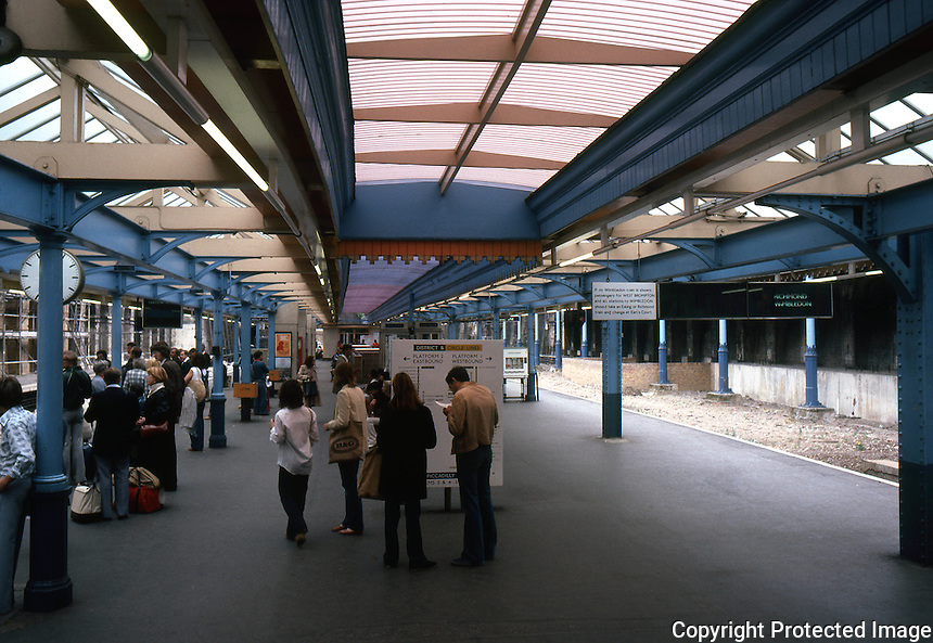 London: South Kensington Tube Station Platform. Photo '79.