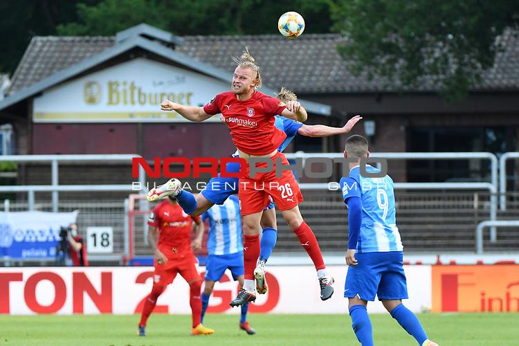 12.06.2020, Hänsch-Arena, Meppen, GER, 3.FBL, SV Meppen vs. Hallescher FC, <br /> <br /> im Bild<br /> Sebastian Mai (Hallescher FC, 26) und Florian Egerer (SV Meppen, 16) im Kopfballduell.<br /> <br /> <br /> DFL REGULATIONS PROHIBIT ANY USE OF PHOTOGRAPHS AS IMAGE SEQUENCES AND/OR QUASI-VIDEO<br /> <br /> Foto © nordphoto / Paetzel