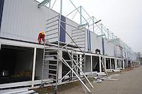 Maandag 24 november werd het startsein gegeven door de directeur van Thialf Eelco Derks en projectdirecteur Willem Jan van Elsacker voor de ver(nieuw)bouw van Thialf.  <br /> Een sloopbedrijf is deze week alvast begonnen met het weghalen van de kantoorunits aan de buitenkant van het ijsstadion, deze units bevinden zich onder de tribunes. <br /> De werkzaamheden tijdens het schaatsseizoen van 2014/2015 beperken zich tot o.a. het afbreken van de units en enkele andere voorbereidende werkzaamheden. <br /> Van deze werkzaamheden zullen de gebruikers en bezoekers van Thialf geen hinder ondervinden. <br /> Tijdens de gehele ver(nieuw)bouw periode van Thialf zal het ijsstadion in het winterseizoen gewoon open blijven voor de schaatsers, &copy;foto Martin de Jong