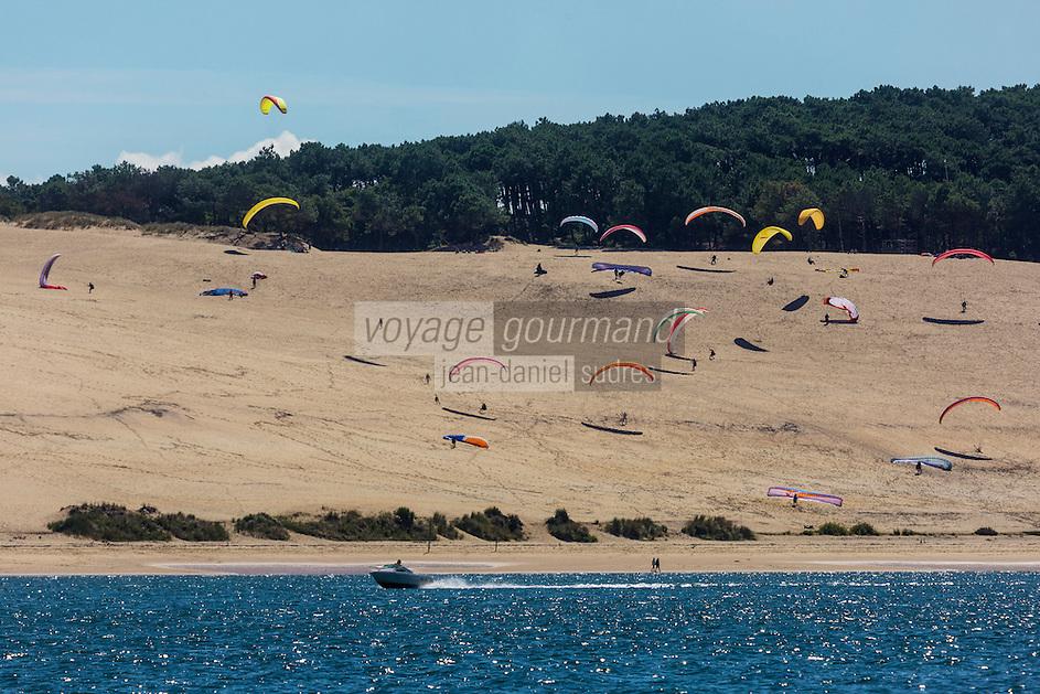 France, Gironde (33), Bassin d'Arcachon, Pyla-sur-Mer, parapente sur la Dune du Pyla  // France, Gironde, Bassin d'Arcachon, Pyla-sur-Mer, paragliding on Dune du Pyla