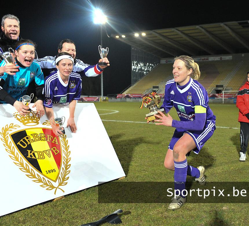 Waasland Beveren Sinaai Girls - RSC Anderlecht : Sophie Mannaert tilt de gewonnen  beker omhoog voor haar ploegmaats .foto DAVID CATRY / Nikonpro.be