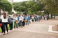 SAO PAULO, SP, 11.05.2015 - TRABALHO-SP Milhares de pessoas fazem fila na busca de empregos, na 1ª Semana do Trabalho, Emprego e Renda, no Vale do Anhangabaú, na região central da cidade, nesta segunda-feira 11 . ( Foto: Gabriel Soares/ Brazil Photo Press)