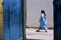 Afrique/Maghreb/Maroc/Essaouira : Femme dans la Médina