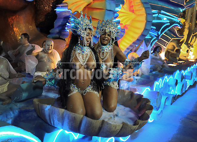 Members of Vila Isabel samba school perform during parade at the Sambadrome, Rio de Janeiro, Brazil, March 3, 2014.  (Austral Foto/Renzo Gostoli)