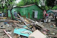ST0105. SANTIAGO (REPÚBLICA DOMINICANA), 06/06/2011.- Un grupo de personas camina entre escombros hoy, lunes 6 de junio de 2011, en Santiago (República Dominicana), donde las constantes lluvias de las últimas horas han provocado la crecida del río Licey, dejando 546 casas inundadas y 12 destruidas. EFE/José Bueno.