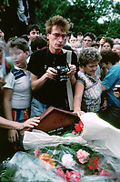 UNGARN, 14.07.1989<br /> Budapest - VIII. Bezirk<br /> Staatsbegraebnis von Janos Kadar (korrekt: János Kádár), Generalsekretaer der Kommunistischen Partei MSZMP auf dem Kerepesi Nationalfriedhof. Gedränge und Chaos am frischen Grab, nicht weit vom Kommunistischen Pantheon. Fotograf Theo Heimann aus Berlin.<br /> State funeral of Communist Party (MSZMP) General Secretary Janos Kadar who died on July 6. Crowding and chaos at the grave not far from the Kerepesi national cemetery's communist pantheon. German photographer with Nikon F2.<br /> © Martin Fejer/EST&OST