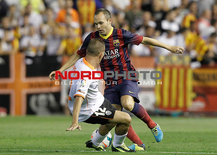 Valencia's Joao Pereira (l) and FC Barcelona's Andres Iniesta during La Liga match.September 1,2013. Foto © nph / Acero)