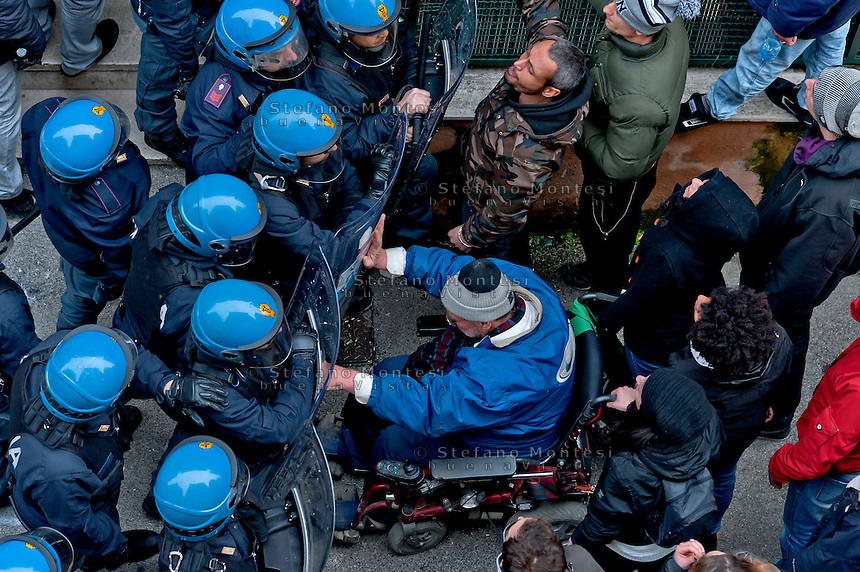 Rome, Italy. 16th February 2016<br />  The picket anti-eviction seeks to block the riot police that should perform the eviction of the  Mrs. Ida with her husband   who have barricaded themselves in the house to resist the eviction, to Centocelle district.