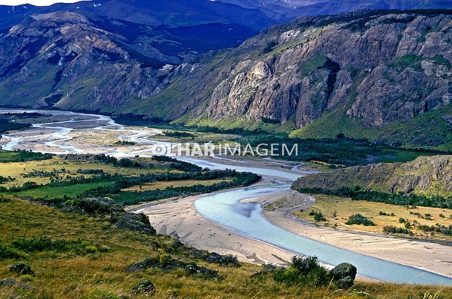Vale com rio na Patagônia, Santa Cruz. Argentina. 1991. Foto de Luciana Whitaker.