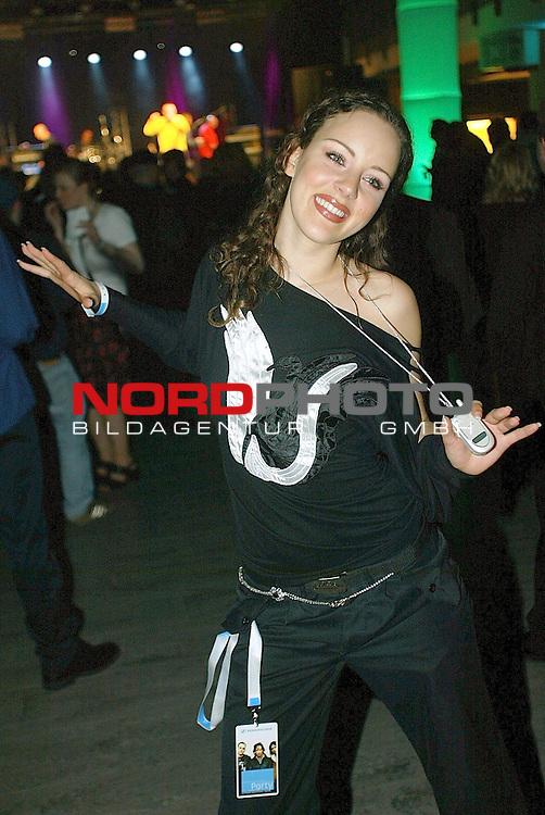 Grand Prix Vorentscheid 2003 in Kiel / Ostseehalle<br /> Auch Jasmin Wagner liess es sich nicht nehmen auf der Party vorbeizuschauen - dabei zeitge sie auch gleich wie Frau heute ihr Handi tr&scaron;gt<br /> Foto &copy; nordphoto <br />  *** Local Caption *** Foto ist honorarpflichtig! zzgl. gesetzl. MwSt.<br />  Belegexemplar erforderlich<br /> Adresse: nordphoto<br /> Georg-Reinke-Strasse 1<br /> 49377 Vechta