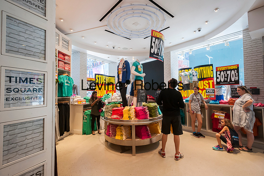 Shoppers take advantage of closing sales at the Aéropostale store in Times Square store in New York on Monday, July 4, 2016 is festooned with store closing signs. The embattled teen retailer Aéropostale has filed for Chapter 11 bankruptcy protection after 13 straight quarters of losses. The company is closing 113 U.S. stores and 41 in Canada. (© Richard B. Levine)