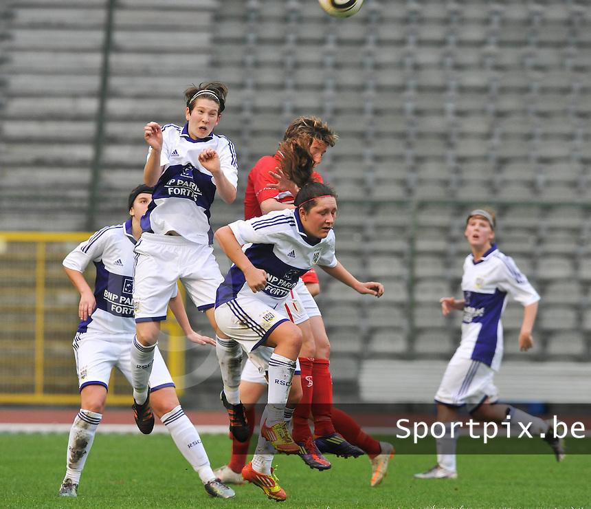 RSC Anderlecht Dames - Standard Femina de Liege : luchtduel tussen Lien Kesteloot , Laurence Marchal en Aline Zeler.foto DAVID CATRY / Vrouwenteam.be