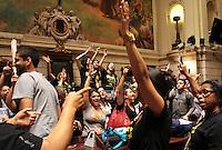 RIO DE JANEIRO, RJ, 26.09.2013 - PROFESSORES TOMAM O PLENÁRIO  DA CAMARA E INTERROMPEM SEÇÃO - Professores invadem e tomam o plenário da câmara dos vereadores interrompendo a seção que votaria o plano de cargo e salários do governo, nessa quinta feira 26. (Foto: Levy Ribeiro / Brazil Photo Press)