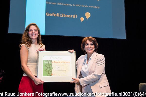 IDFA Acadamy, Compagnietheater,  Karen De Bokprijs<br /> prijswinnares: Marina Meijer (left). NPO-voorzitter Shula Rijxman rechts.