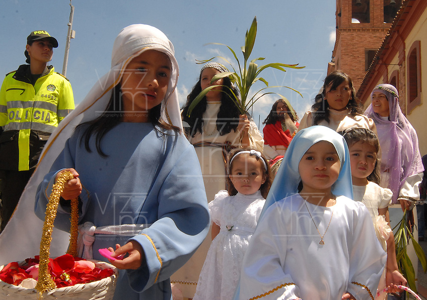 TUNJA -COLOMBIA. 13-04-2014. Cientos de fieles católicos se hicieron presentes en Tunja para celebrar el domingo de ramos que marca el inicio de la semana santa para los cristianos./ Hundred of Catholic faithful were made present in Tunja to celebrate the Palm Sunday wich marks the beginning of Easter Week to the Christians.  Photos: VizzorImage/ Jose M Palencia / Str