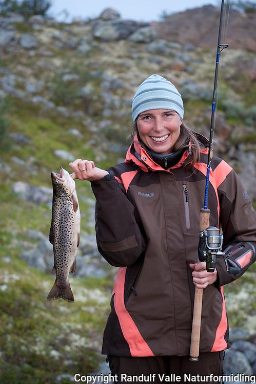 Dame med flott ørret. ---- Girl and trout.