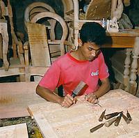 Sri Lanka, Kandy: Carving in Progress | Sri Lanka, Kandy: Holzschnitzer bei der Arbeit
