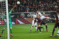 Lukas Hradecky (Eintracht) pariert die Kopfballchance von Arturo Vidal (Bayern) gegen Bastian Oczipka (Eintracht) - Eintracht Frankfurt vs. FC Bayern Muenchen, Commerzbank Arena