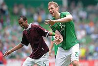 FUSSBALL   1. BUNDESLIGA   SAISON 2011/2012    1. SPIELTAG SV Werder Bremen - 1. FC Kaiserslautern             06.08.2011 WESLEY (li) und Per MERTESACKER (re, beide Bremen) sind nach dem Abpfiff gut gelaunt und tanzen den Andre Wiedener