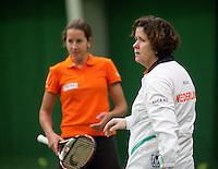 29-1-10, Almere, Tennis, Training Fedcup team, Captain Mannon Bollegraf met op de achtergrond Chayenne Ewijk