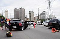 SAO PAULO, SP, 10 Janeiro 2012.Acidente entre carro e moto proximo a ponte Ary Torres sentido Bandeirantes.Marginal Pinheiros  .  (FOTO: ADRIANO LIMA - NEWS FREE)