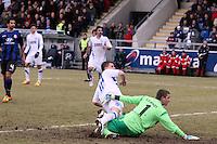 Simon Zoller (KSC) und Patric Klandt (FSV) schauen dem Ball hinterher beim 2:1